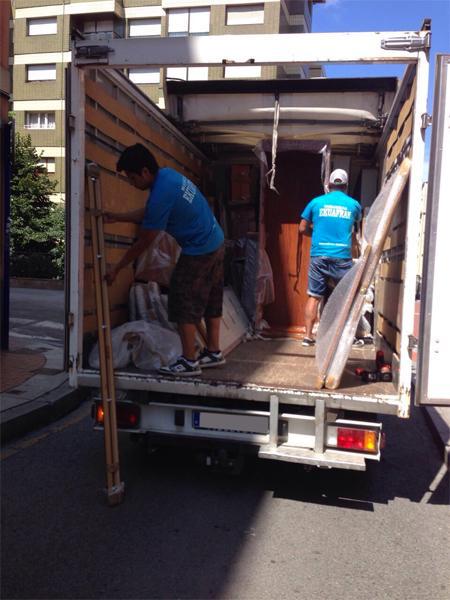 trabajadores3-mudanzas-de-hogar-Mudanzas-en-Bilbao-con-Mudanzas-Ekuafran